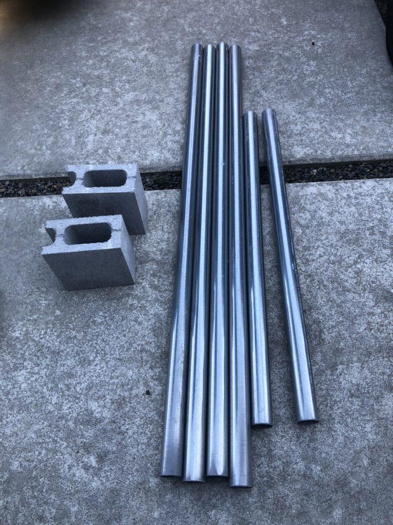 単管パイプとコンクリートブロック(メダカラックの材料)